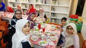 آشنایی با سبک زندگی اسلامی پای سفرههای سادۀ افطار مراکز کانون تهران