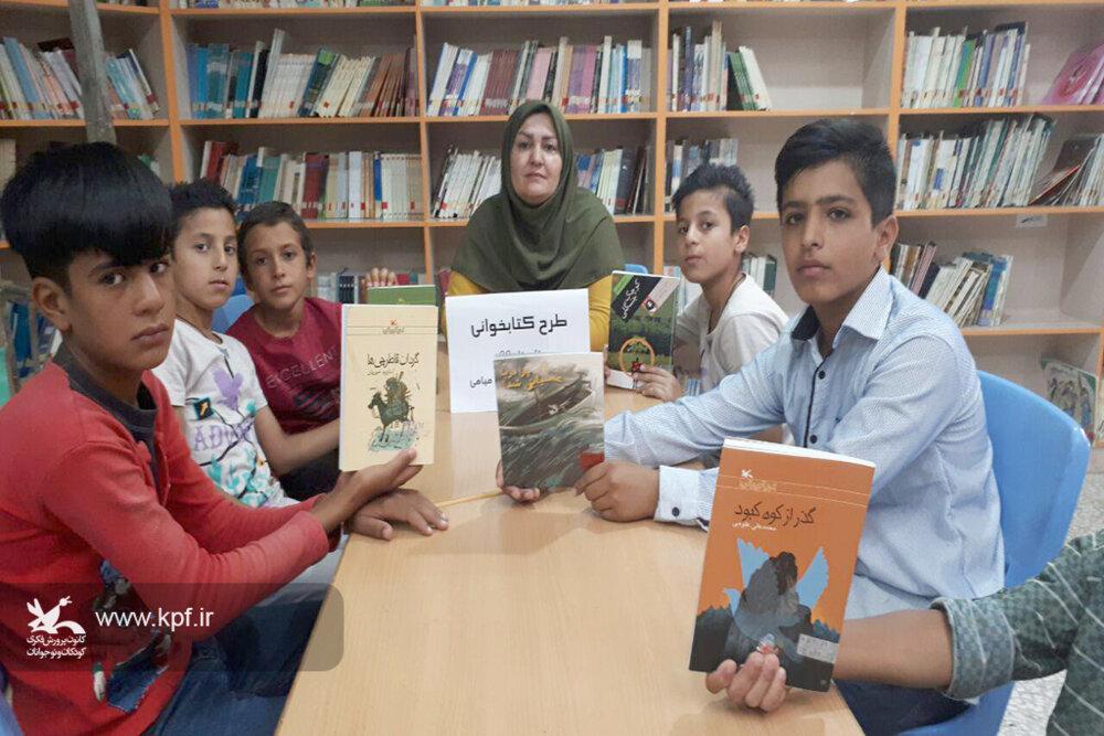 اعطای لوح به مربیان خلاق و اعضای کتابخوان کانون استان سمنان
