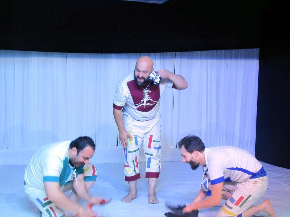 نمایش «به کفشهایت نگاه کن» با استقبال کودکان ونوجوانان در چالوس روی صحنه رفت