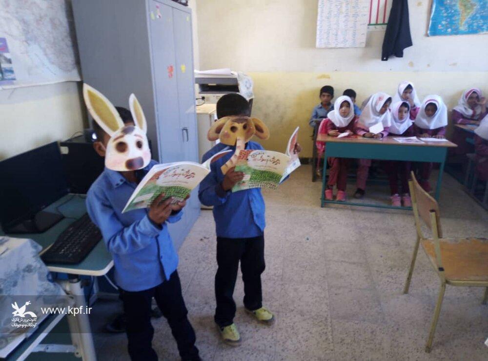 آشنایی کودکان روستایی چاکرته با هنر نمایش و نمایشنامهخوانی