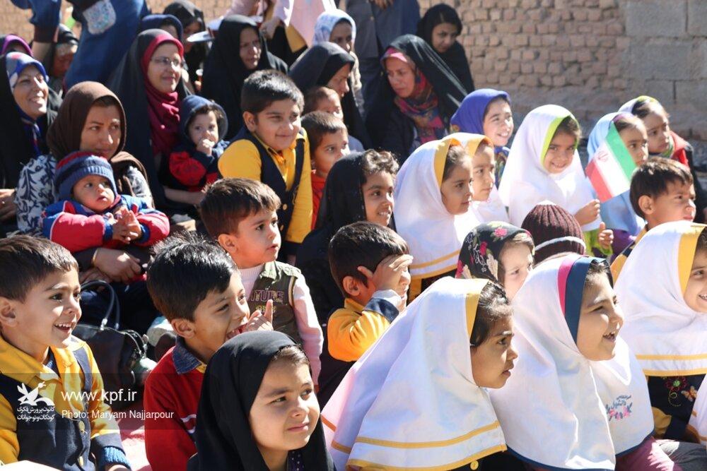 پیک امید دهه فجر را در مناطق کم برخوردار کرمان گرامی داشت