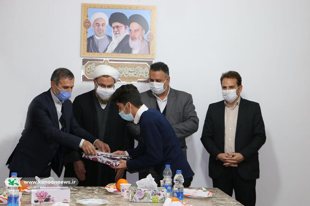 تجلیل امام جمعه و مسئولان شهری از اعضای کانون سرخه