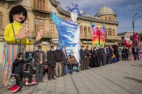 رژه خودروهای سیار و شادپیمایی عروسکهای بلندقامت در یوم الله ۲۲ بهمن