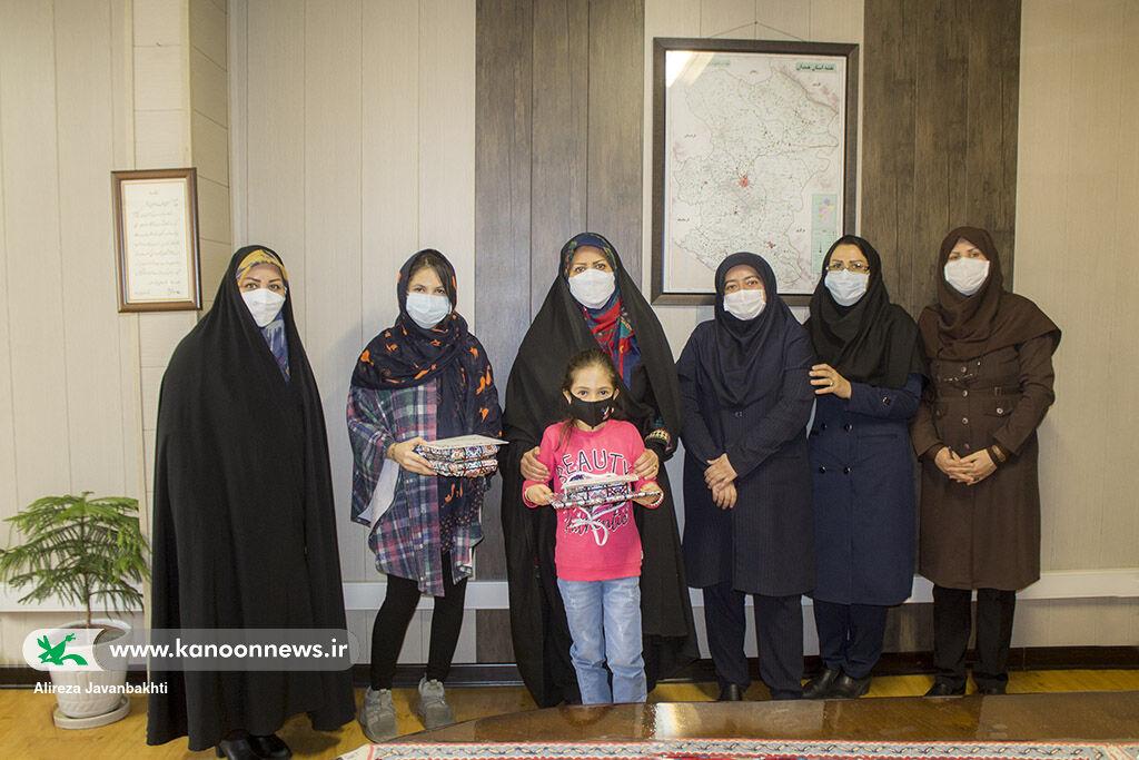 تقدیر مدیرکل کانون استان همدان از دو خواهر برگزیده در مسابقات نقاشی بینالمللی
