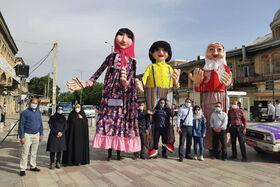 شادی  و نشاط عروسکهای بلندقامت کانون استان همدان در جمع نمازگزاران عید سعید فطر