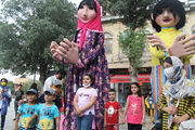 شادپیمایی عروسکهای بلندقامت کانون در شهر همدان