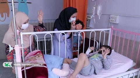 دیدار مسوولان و مربیان کانون با کودکان بستری در بیمارستان